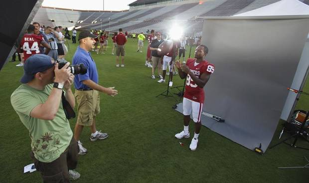 OU / COLLEGE FOOTBALL: Wide receiver Ryan Broyles catches a ball thrown by Oklahoman Sports Editor Mike Sherman while photographer Chris Landsberger makes an image as the University of Oklahoma football team holds media/fan appreciation day on Friday, August 6, 2010, in Norman, Okla. Photo by Steve Sisney, The Oklahoman ORG XMIT: KOD