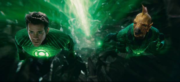 GL-0061 (L-r) RYAN REYNOLDS as Green Lantern and Tomar-Re, voiced by GEOFFREY RUSH, in Warner Bros. Pictures� action adventure �GREEN LANTERN,� a Warner Bros. Pictures release.