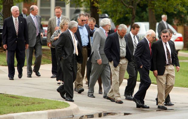 MEMORIAL: A group including Chuck Fairbanks (far left) Steve Zabel (center with sunglasses) and Bob Stoops arrive for the funeral for Jack Mildren at McFarlin United Methodist Church in Norman, Oklahoma on Tuesday, May 27, 2008.   BY STEVE SISNEY, THE OKLAHOMAN