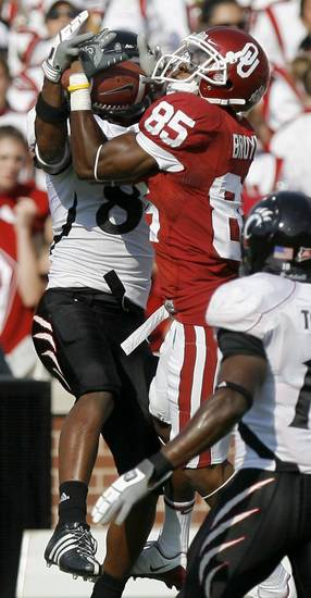 OU's Ryan Broyles catches a pass for a first down over Cincinnati's Brandon Underwood during the college football game between the University of Oklahoma (OU) and Cincinnati at Gaylord Family -- Oklahoma Memorial Stadium in Norman, Okla., Saturday, September 6,  2008. BY BRYAN TERRY, THE OKLAHOMAN ORG XMIT: KOD