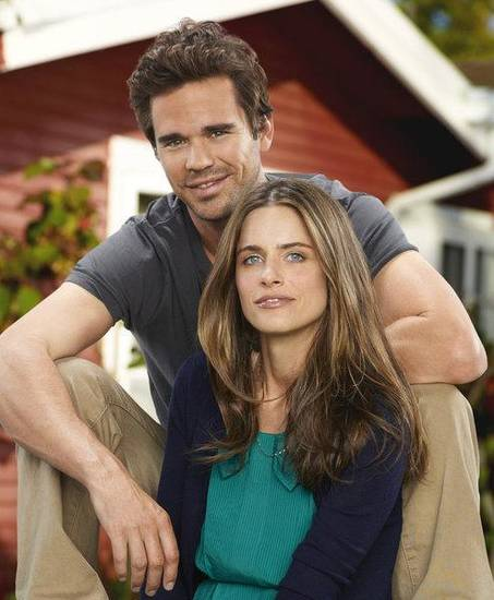 BENT -- Season: Pilot -- Pictured: (l-r) David Walton as Pete, Amanda Peet as Alex -- Photo by: Mitchell Haaseth/NBC