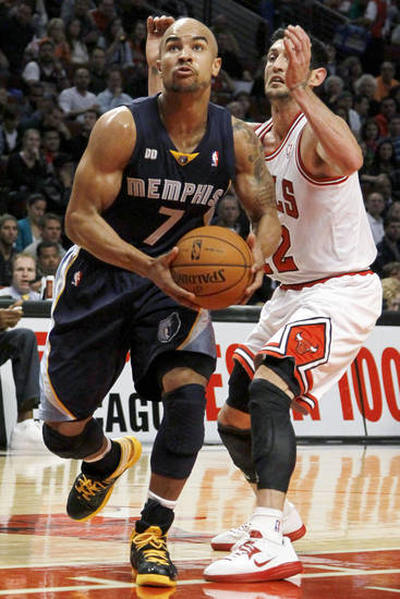 Memphis Grizzlies guard Jerryd Bayless (7) drives past Chicago Bulls guard Kirk Hinrich during the first half of a preseason NBA basketball game, Tuesday, Oct. 9, 2012, in Chicago. (AP Photo/Charles Rex Arbogast)