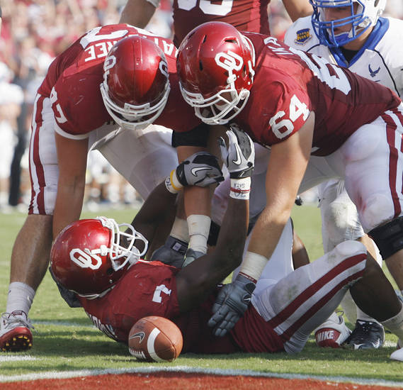 DeMarco Murray (7) is congratulated after a score by Trent Ratterree (47) and Gabe Ikard (64) during the second half of the college football game where the University of Oklahoma Sooners (OU) defeated the Air Force Falcons 27-24 at Gaylord Family-Oklahoma Memorial Stadium on Saturday, Sept. 18, 2010, in Norman, Okla.   Photo by Steve Sisney, The Oklahoman