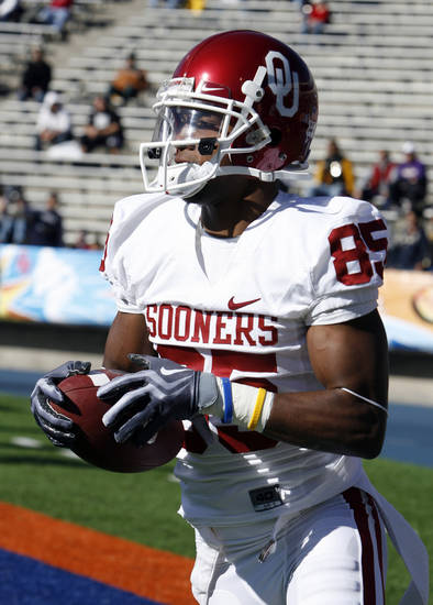 Ryan Broyles warms up before the college football game between the University of Oklahoma Sooners (OU) and the Stanford University Cardinal on Thursday, Dec. 31, 2009, in El Paso, Tex.   Photo by Steve Sisney, The Oklahoman