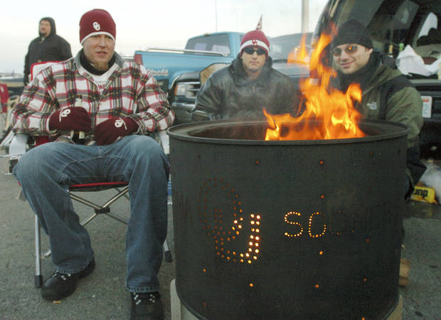 Kansas City, Mo. Saturday,12/06/2003       UNIVERSITY OF OKLAHOMA VS KANSAS STATE UNIVERSITY (KSU) BIG 12 COLLEGE FOOTBALL CHAMPIONSHIP ARROWHEAD STADIUM.   OU FAN, FANS, TAILGATING: Derek Lester, Jason Lester & Adam Peterson of Norman, Oklahoma keep warm during a pregame tailgate party. (Staff photo by Steve Gooch)