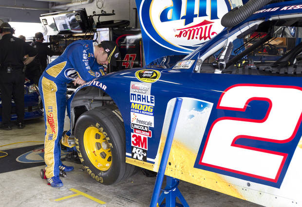   Driver Brad Keselowski looks at his car as his crew makes adjustments during the practice session for Sunday&#039;s NASCAR Sprint Cup Series auto race, Sunday, at the Homestead-Miami Speedway in Homestead, Fla., Friday, Nov. 16, 2012. (AP Photo/J Pat Carter)  