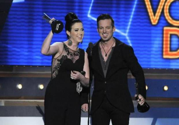 Thompson Square accepts the vocal duo of the year award.