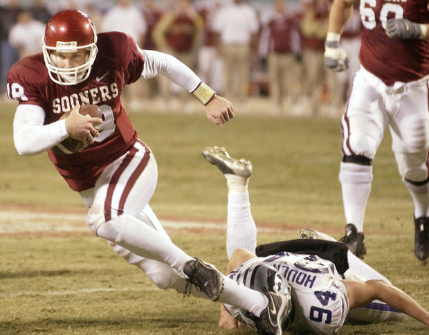 Kansas City, Mo. Saturday,12/06/2003 . BIG 12 CHAMPIONSHIP UNIVERSITY OF OKLAHOMA  (OU) VS KANSAS STATE (KSU) COLLEGE FOOTBALL AT ARROWHEAD STADIUM. Sooners Jason White runs a short keeper in the 2nd quarter. (Staff photo by Steve Gooch)
