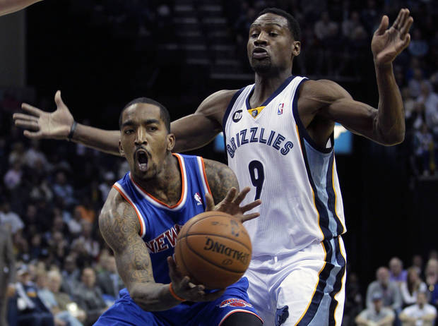 New York Knicks' J.R. Smith, left, is guarded by Memphis Grizzlies' Tony Allen (9) during the first half of an NBA basketball game in Memphis, Tenn., Friday, Nov. 16, 2012. (AP Photo/Danny Johnston)