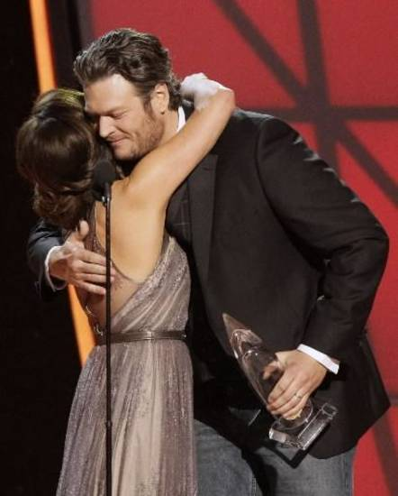 Shelton embraces Martina McBride as she presents him with the male vocalist of the year trophy.
