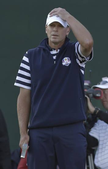 USA's Steve Stricker reacts after a putt on the 18th hole during a singles match at the Ryder Cup PGA golf tournament Sunday, Sept. 30, 2012, at the Medinah Country Club in Medinah, Ill. (AP Photo/David J. Phillip)  ORG XMIT: PGA192