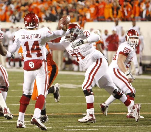 during the first half of the college football game between the University of Oklahoma Sooners (OU) and Oklahoma State University Cowboys (OSU) at Boone Pickens Stadium on Saturday, Nov. 29, 2008, in Stillwater, Okla.    STAFF PHOTO BY DOUG HOKE