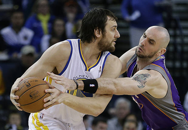 Golden State Warriors&#039; Andrew Bogut, left, keeps the ball from Phoenix Suns&#039; Marcin Gortat in the first half of an NBA basketball game Saturday, Feb. 2, 2013, in Oakland, Calif. (AP Photo/Ben Margot)
