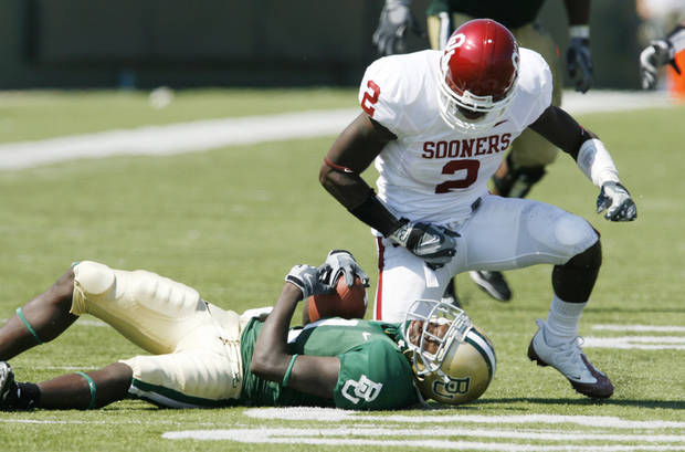 Brian Jackson stops receiver Kendall Wright in the second half during the college football game between Oklahoma (OU) and Baylor University at Floyd Casey Stadium in Waco, Texas, Saturday, October 4, 2008.   BY STEVE SISNEY, THE OKLAHOMAN