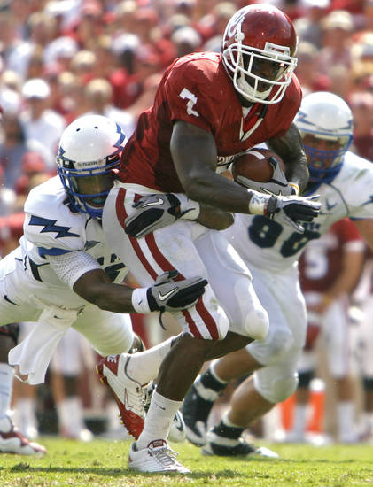 Oklahoma's DeMarco Murray (7) runs the ball through the Air Force defense during the first half of the college football game between the University of Oklahoma Sooners (OU) and the Air Force Falcons at the Gaylord Family - Memorial Stadium on Saturday, Sept. 18, 2010, in Norman, Okla.   Photo by Chris Landsberger, The Oklahoman