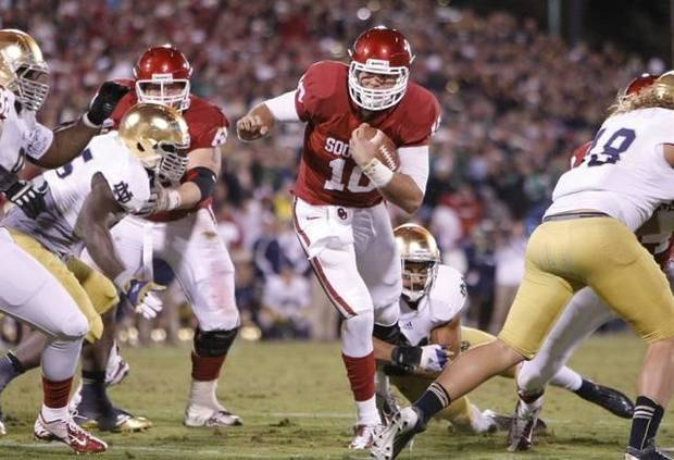 Oklahoma quarterback Blake Bell (10) runs for a first down against Notre Dame during the second half of an NCAA college football game in Norman, Okla., Saturday, Oct. 27, 2012. Notre Dame won 30-13. (AP Photo/Alonzo Adams)