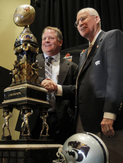 Oregon head coach Chip Kelly, left, and Kansas State head coach Bill Snyder pose for photographers with the Fiesta Bowl champions trophy Wednesday, Jan. 2, 2013, in Scottsdale,  Ariz. Oregon and Kansas state will face off Thursday in the Fiesta Bowl NCAA college football game. (AP Photo/Matt York)
