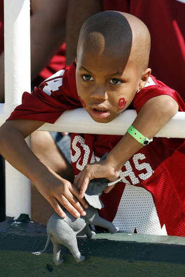 Dangelo Burns, 4, from Ft. Worth watches the start of the college football game between Oklahoma (OU) and Baylor University at Floyd Casey Stadium in Waco, Texas, Saturday, October 4, 2008.   BY STEVE SISNEY, THE OKLAHOMAN