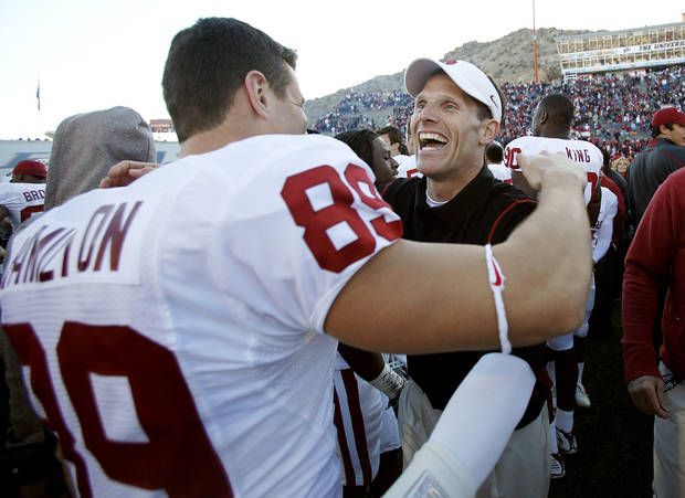 CELEBRATION: Oklahoma's Brent Venables celebrates with T.J. Hamilton (89) after the 31-27 win over Stanford in the Brut Sun Bowl college football game between the University of Oklahoma Sooners (OU) and the Stanford University Cardinal on Thursday, Dec. 31, 2009, in El Paso, Tex.   Photo by Chris Landsberger, The Oklahoman
