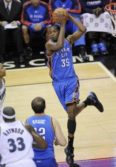 Oklahoma City Thunder forward  Kevin  Durant (35) grabs a rebound as Washington Wizards center Brendan Haywood (33) and Thunder&#039;s Nenad Krstic (12), of Serbia, look on during the second half of an NBA basketball game Tuesday, Dec. 29, 2009, in Washington. The Thunder won 110-98.(AP Photo/Nick Wass)
