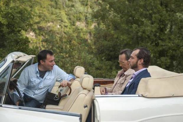 DOM HEMINGWAY, from left: director Richard Shepard, Richard E. Grant, Jude Law, on set, 2013. ph: Nick Wall/TM and ©copyright Fox Searchlight. All rights reserved.