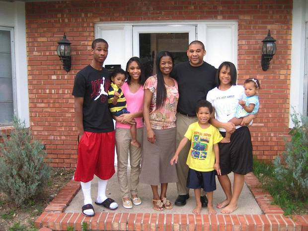 Anthony Thomas poses with members of his family.  From left to right, Adrian, 20, Aaryan, 2, Ieshia, 21, Ann, Anthony Sr., Steel, 5; Kyesha, 17, An'nyla, 1. Photo by Ayanna Najuma, for The Oklahoman      <strong></strong>