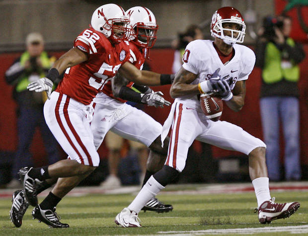 Oklahoma's Adron Tennell (80) drops a pass in front of Nebraska's Phillip Dillard (52) during the first half of the college football game between the University of Oklahoma Sooners (OU) and the University of Nebraska Cornhuskers (NU) on Saturday, Nov. 7, 2009, in Lincoln, Neb.