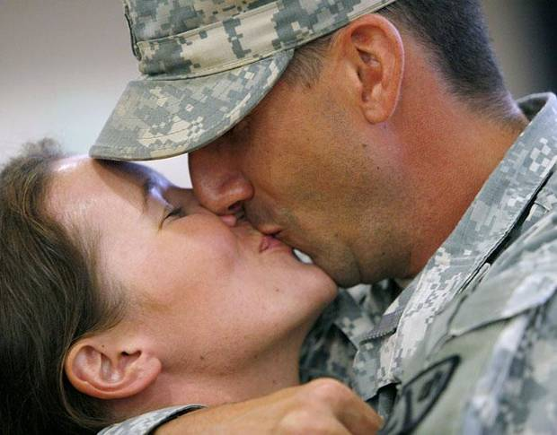 MILITARY RETURN: Jenny Kramer gets a kiss from her boyfriend Barrett Alexander as the troops return from Kuwait to Southwestern Oklahoma State University in Weatherford, Okla on Monday, August 10, 2009. By John Clanton, The Oklahoman ORG XMIT: KOD