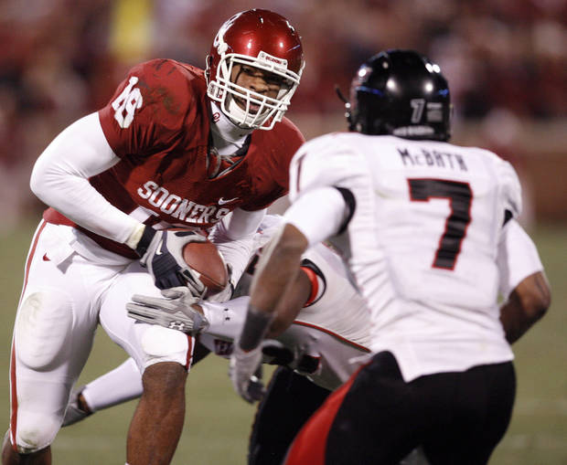 OU's Jermaine Gresham runs after a catch during the first half of the college football game between the University of Oklahoma Sooners and Texas Tech University at the Gaylord Family -- Oklahoma Memorial Stadium on Saturday, Nov. 22, 2008, in Norman, Okla.   BY STEVE SISNEY, THE OKLAHOMAN