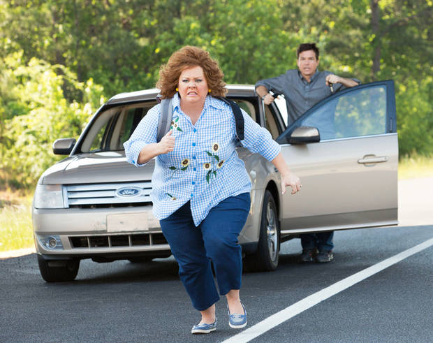 "Jason Bateman, background, and Melissa McCarthy in a scene from ""Identity Thief."" UNIVERSAL PICTURES PHOTO <strong></strong>"
