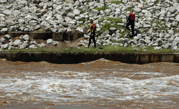 Rescuers search for the bodies of a family in the Oklahoma River near May Ave. in Oklahoma City, Saturday, June 1, 2013. Photo by Sarah Phipps, The Oklahoman