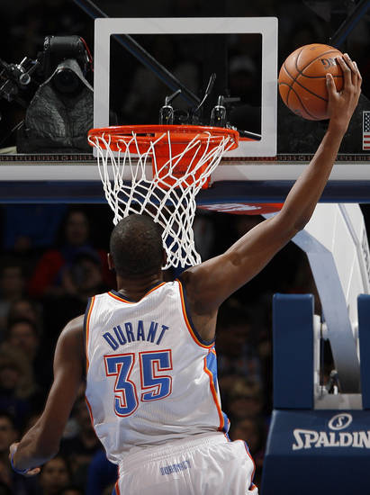 Oklahoma City &#039;s Kevin Durant (35) dunks during an NBA basketball game between the Oklahoma City Thunder and the Golden State Warriors at Chesapeake Energy Arena in Oklahoma City, Sunday, Nov. 18, 2012.  Photo by Garett Fisbeck, The Oklahoman