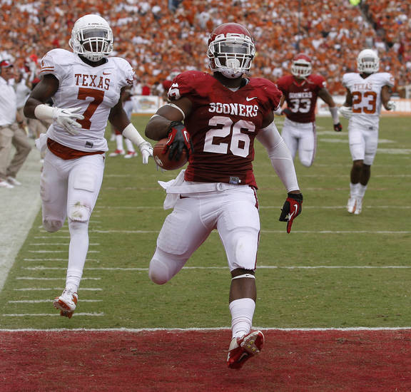 OU&#039;s Damien Williams (26) scores a touchdown beside UT&#039;s Demarco Cobbs (7) during the Red River Rivalry college football game between the University of Oklahoma (OU) and the University of Texas (UT) at the Cotton Bowl in Dallas, Saturday, Oct. 13, 2012. Photo by Bryan Terry, The Oklahoman