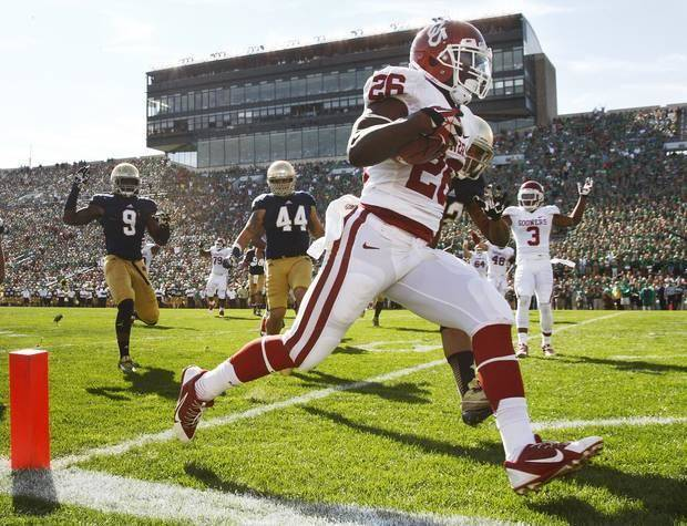Oklahoma's Damien Williams (26) rushes for a touchdown in the first quarter during a college football game between the University of Oklahoma Sooners (OU) and the Notre Dame Fighting Irish at Notre Dame Stadium in South Bend, Ind., Saturday, Sept. 28, 2013. Photo by Nate Billings, The Oklahoman