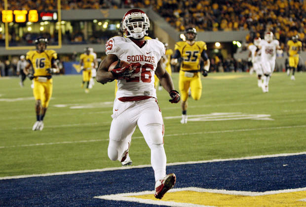 Oklahoma's Damien Williams (26) scores a touchdown on a long carry in the second quarter during a college football game between the University of Oklahoma (OU) and West Virginia University on Mountaineer Field at Milan Puskar Stadium in Morgantown, W. Va., Nov. 17, 2012. Photo by Nate Billings, The Oklahoman