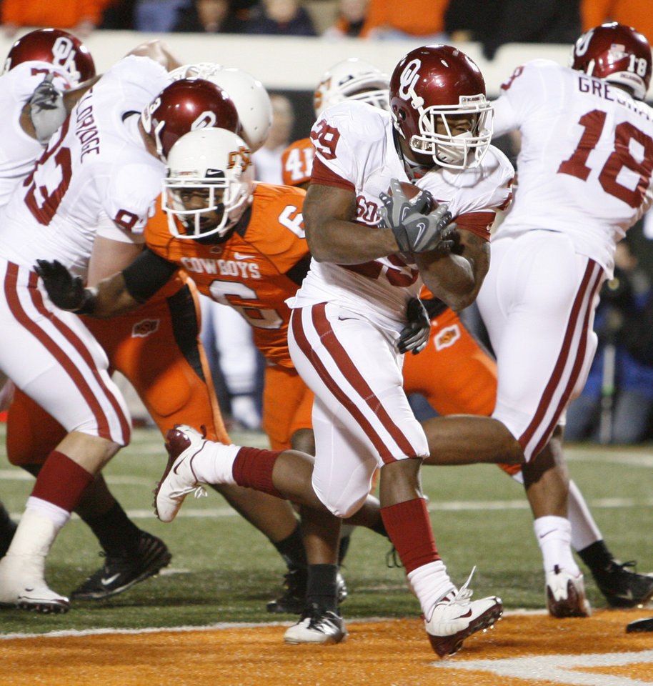 Photo - Chris Brown rushes for a touchdown during the first half of the college football game between the University of Oklahoma Sooners (OU) and Oklahoma State University Cowboys (OSU) at Boone Pickens Stadium on Saturday, Nov. 29, 2008, in Stillwater, Okla. STAFF PHOTO BY NATE BILLINGS