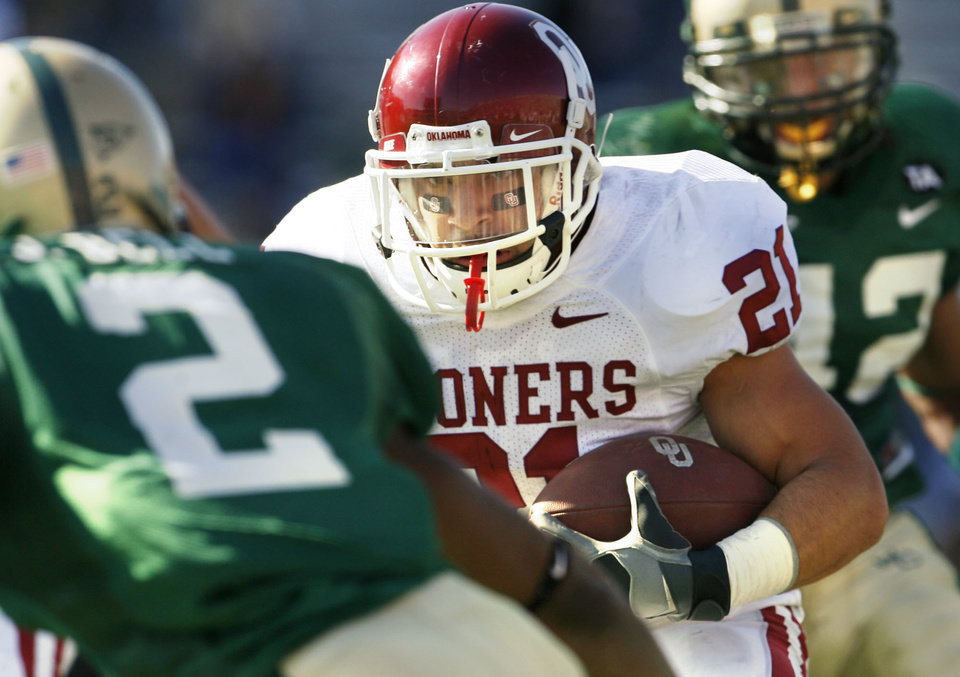 Photo - Jacob Gutierrez carries late in the second half during the University of Oklahoma Sooners (OU) college football game against Baylor University Bears (BU) at Floyd Casey Stadium, on Saturday, Nov. 18, 2006, in Waco, Texas.     by Steve Sisney, The Oklahoman