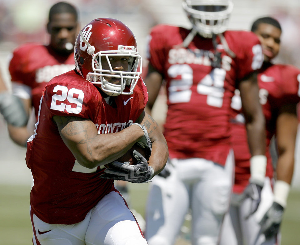 Photo - SPRING FOOTBALL GAME: OU's Chris brown runs the ball before the University of Oklahoma's Red-White college football game at The Gaylord Family -- Oklahoma Memorial Stadium in Norman, Okla., Saturday, April 11, 2009. Photo by Bryan Terry, The Oklahoman ORG XMIT: KOD