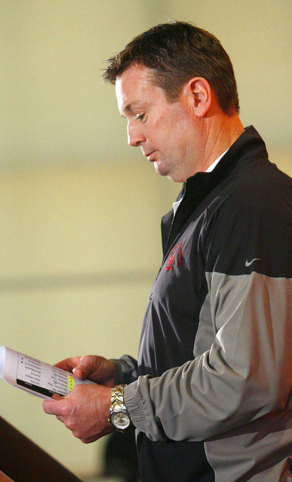 Photo - Sooner head coach Bob Stoops talks about his commitments on High School Signing day at the Stadium Club of Gaylord Family, Oklahoma Memorial Stadium at the University of Oklahoma in Norman, Okla. on Wednesday, Feb. 4, 2009.    Photo by Steve Sisney, The Oklahoman ORG XMIT: kod