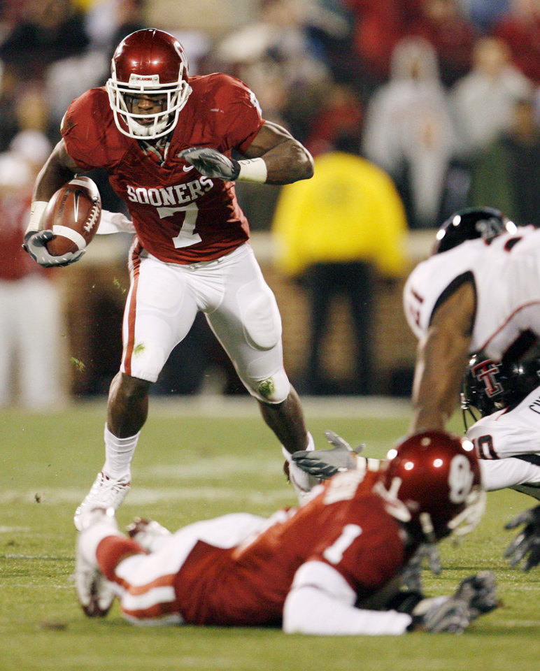 Photo - OU's DeMarco Murray (7) breaks a long run in the first quarter of the college football game between the University of Oklahoma Sooners and Texas Tech University at Gaylord Family -- Oklahoma Memorial Stadium in Norman, Okla., Saturday, Nov. 22, 2008. BY NATE BILLINGS, THE OKLAHOMAN