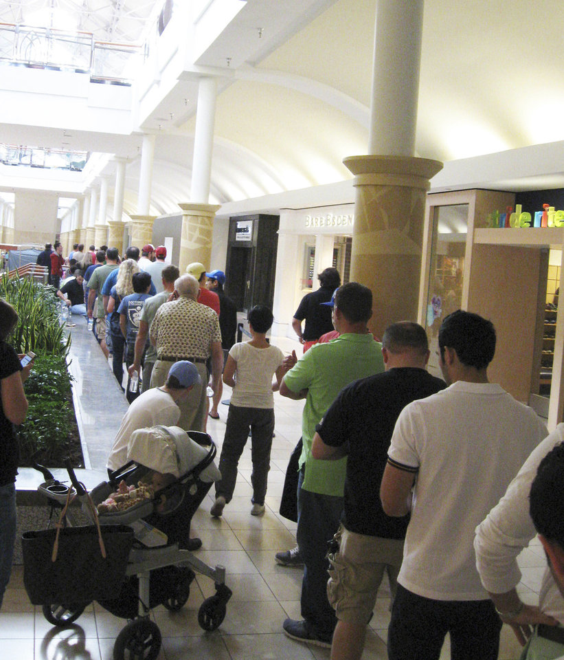 Customers line the halls of Penn Square Mall in Oklahoma City to get to the Apple Store to buy a new iPhone 5. Most were able to make their puchase within about three hours. <strong>DON MECOY - THE OKLAOMAN</strong>