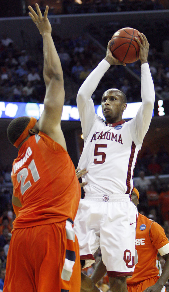 Oklahoma\'s Tony Crocker (5) drives to the basket over Syracuse\'s Arinze Onuaku (21) during the second half of the NCAA Men\'s Basketball Regional at the FedEx Forum on Friday, March 27, 2009, in Memphis, Tenn. PHOTO BY CHRIS LANDSBERGER, THE OKLAHOMAN
