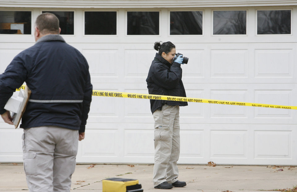 Photo - OSBI agents investigate a death at 1715 Elmhurst in Nichols Hills Monday, Nov. 16, 2009. Photo by Paul B. Southerland, The Oklahoman