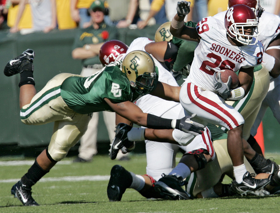 Photo - Oklahoma's Chris Brown (29) escapes the Baylor defense for a positive gain in the first half during the University of Oklahoma Sooners (OU) college football game against Baylor University Bears (BU) at Floyd Casey Stadium, on Saturday, Nov. 18, 2006, in Waco, Texas.     by Chris Landsberger, The Oklahoman