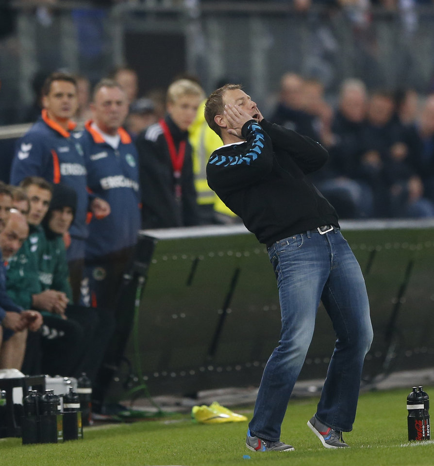 Photo - Fuerth head coach Frank Kramer watches his team during the 1st leg relegation soccer match between Hamburger SV and Greuther Fuerth in Hamburg, Germany, Thursday, May 15, 2014.  (AP Photo/Matthias Schrader)