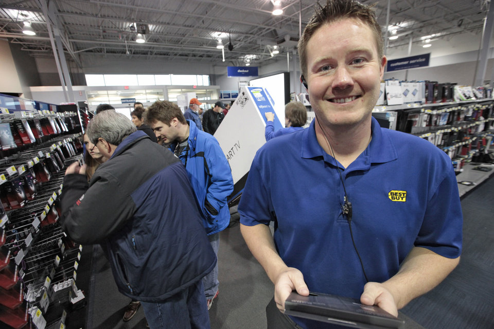 Photo - Best Buy Sales Manager Brian Friden talking about last minute Christmas shopping at Quail Springs Best Buy, December, 20, 2013. Photo by David McDaniel, The Oklahoman