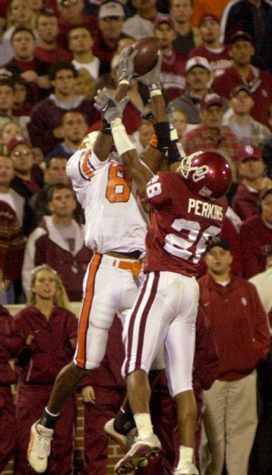 BEDLAM: UNIVERSITY OF OKLAHOMA VS OKLAHOMA STATE UNIVERSITY, COLLEGE FOOTBALL IN NORMAN, OKLA., SATURDAY, NOV. 24, 2001. OSU's Rashaun Woods tries to make a catch in the end zone while being defended by OU's Antonio Perkins during the fourth quarter. Woods could not hold onto the ball. Staff photo by Nate Billings.