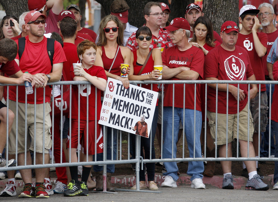 Photo - OU fans wait for the team to arrive before the Red River Rivalry college football game between the University of Oklahoma Sooners and the University of Texas Longhorns at the Cotton Bowl Stadium in Dallas, Saturday, Oct. 12, 2013. Photo by Bryan Terry, The Oklahoman