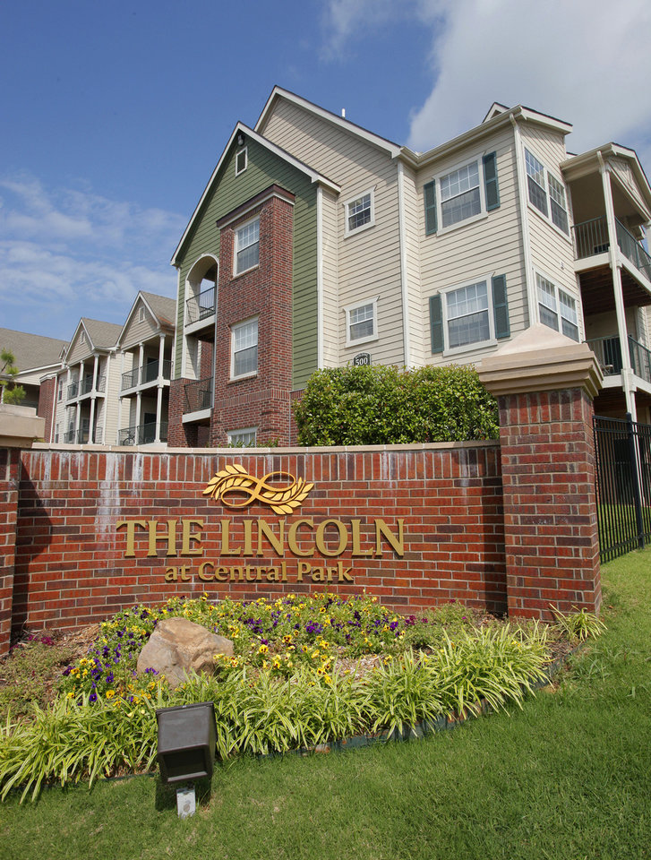 Photo - The Lincoln at Central Park apartments, 500 Central Park Drive, developed by Gardner Tanenbaum Group in 2007 and 2009, sold Monday to Philadelphia-based GoldOller Real Estate Investments for $77 million, or about $109,000 per individual apartment unit.  PAUL B. SOUTHERLAND - The Oklahoman