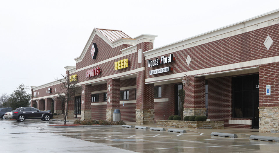 Photo - Space remains for lease at Cheyenne Springs, a shopping center that opened in 2008 on the north side of Danforth Road between Santa Fe and Kelly avenues in Edmond.  David McDaniel - THE OKLAHOMAN